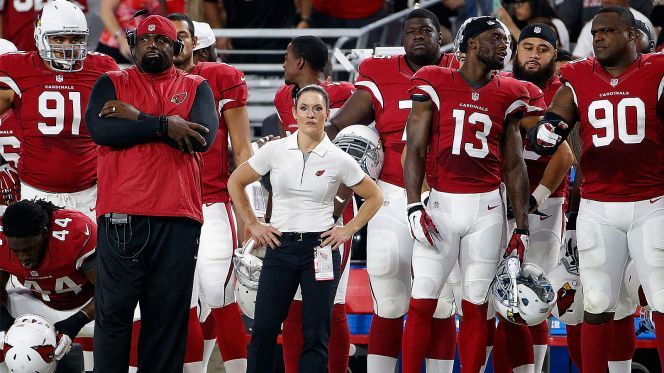Coach Jen Welter stands alongside Arizon Cardinals football players